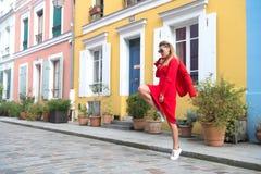 Meisjessprong op straat van Parijs, Frankrijk Royalty-vrije Stock Afbeelding