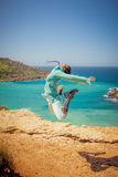 Meisjessprongen in de lucht Stock Foto's