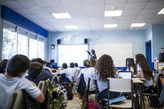 Meisjesstudies in klasse met haar tablet stock fotografie
