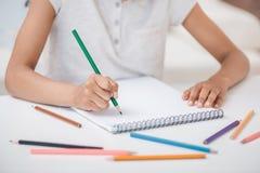 Meisjestekening in album met kleurrijke potloden Stock Afbeeldingen