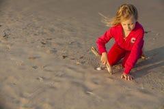 Meisjestekening in Zand Stock Afbeeldingen