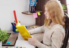 Meisjestiener die thuiswerk doen Stock Fotografie