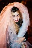 Meisjestiener in het beeld van een dode bruidzombie op Halloween stock foto's