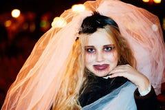 Meisjestiener in het beeld van een dode bruidzombie op Halloween stock foto