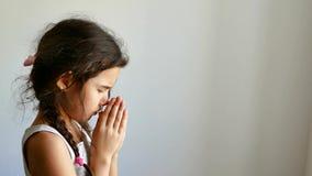 Meisjestiener het bidden kerkgeloof in god stock footage