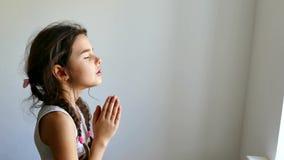 Meisjestiener het bidden kerkgeloof in godsgebed stock footage
