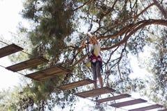 Meisjestiener met bang gemaakt gezicht met het beklimmen van materiaal in a stock foto's