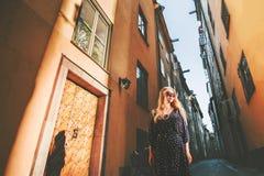 Meisjestoerist die in Stockholm lopen die alleen reizen stock afbeeldingen