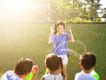 Meisjestraf voor de nevel van het waterkanon aan nat lichaam Royalty-vrije Stock Fotografie