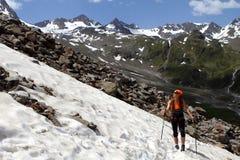 Meisjestrekking die in de Alpen, Stubai, Oostenrijk wandelen Royalty-vrije Stock Afbeelding