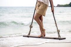 Meisjestribunes op een schommeling op het strand van Thailand Royalty-vrije Stock Afbeeldingen
