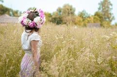 Meisjestribunes op het tot bloei komende gebied van de de lenteavond in een bloemkroon royalty-vrije stock afbeeldingen