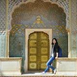 Meisjestribunes vóór Rose Gate in Stadspaleis, Jaipur, India stock afbeeldingen