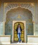 Meisjestribunes v??r Rose Gate in Stadspaleis, Jaipur, India royalty-vrije stock afbeeldingen