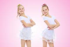 2 meisjesturner in witte kostuums Stock Foto