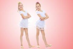 2 meisjesturner in witte kostuums Royalty-vrije Stock Afbeelding