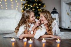 Meisjestweelingen voor de bont-boom royalty-vrije stock fotografie