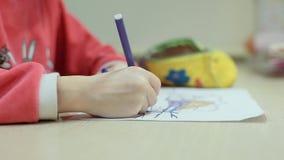 Meisjesverven op papier stock footage