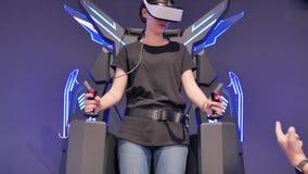 Meisjesvliegen in virtuele werkelijkheid met glazen Computers, innovatie, brunette, tiener, vermaak stock video