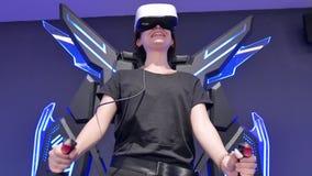 Meisjesvliegen in virtuele werkelijkheid met glazen Computers, innovatie, brunette, tiener, vermaak stock footage