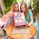 Meisjesvrienden die giften ontvangen Stock Foto's