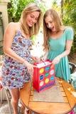 Meisjesvrienden die giften ontvangen Royalty-vrije Stock Foto