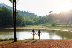 Meisjesvrienden die in openlucht Aardconcept onderzoeken stock foto