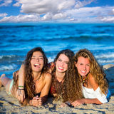 Meisjesvrienden die pret het gelukkige liggen op het strand hebben Royalty-vrije Stock Foto's