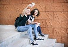 Meisjesvrienden die selfie met slimme telefoon samen nemen stock foto