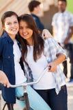 Meisjesvrienden het koesteren Royalty-vrije Stock Foto's
