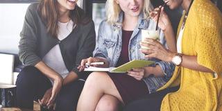 Meisjesvrienden Spreken die in openlucht Concept glimlachen royalty-vrije stock afbeelding