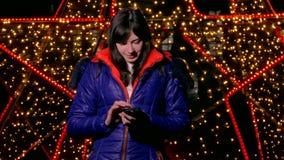 Meisjesvrouw die een slimme telefoon houden bekijkend sociaal stock videobeelden