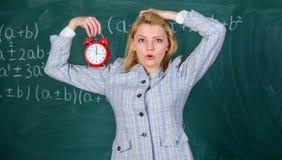 Meisjeswonder over tijd Welkom leraarsschooljaar Gezond dagelijks regime De les van het opvoederbegin Zij geeft om stock afbeelding