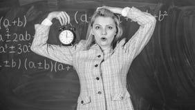Meisjeswonder over tijd Welkom leraarsschooljaar Gezond dagelijks regime De les van het opvoederbegin Zij geeft om royalty-vrije stock foto's