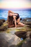meisjesyoga op het strand Stock Afbeelding