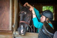 Meisjeszadel een paard royalty-vrije stock foto