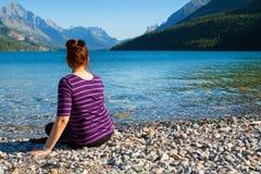 Meisjeszitting bij Meer in Waterton Royalty-vrije Stock Afbeeldingen