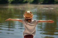 Meisjeszitting door het meer royalty-vrije stock fotografie