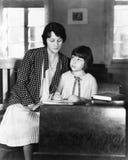Meisjeszitting met haar leraar in een klassenruimte (Alle afgeschilderde personen leven niet langer en geen landgoed bestaat Leve royalty-vrije stock afbeeldingen