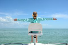Meisjeszitting op de boot royalty-vrije stock fotografie