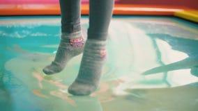 Meisjeszitting op de pool stock videobeelden