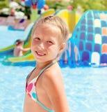 Meisjeszitting op de rand van de pool Royalty-vrije Stock Foto's