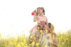 Meisjeszitting op de schouder van de vader en het werpen van document vliegtuig royalty-vrije stock foto's