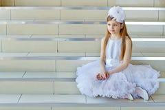 Meisjeszitting op de stappen royalty-vrije stock afbeeldingen