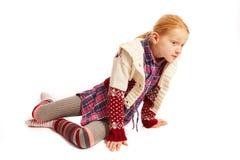 Meisjeszitting op de vloer en het kijken aan de kant Stock Afbeeldingen