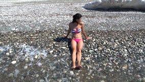 Meisjeszitting op het Strand en het Krijgen van haar Voeten wegens een Golf Nat stock footage