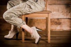 Meisjeszitting zijdelings op een stoel Stock Afbeeldingen