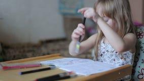 Meisjetekening met tellers stock footage