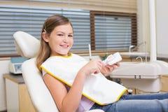 Meisjezitting als tandartsenvoorzitter die modeltanden bekijken Royalty-vrije Stock Afbeeldingen