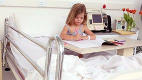 Meisjezitting in de kleuring van het het ziekenhuisbed stock videobeelden